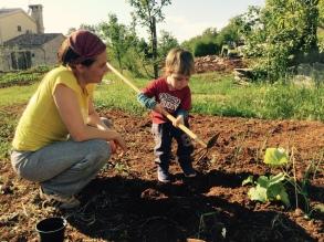 Maggio 2016: con mamma nell'orto